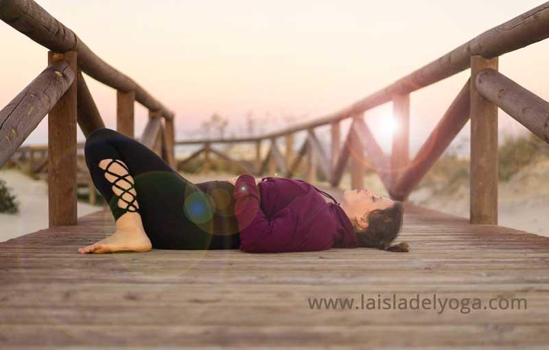 Yoga del sueño, yoga nidra, mujer durmiendo